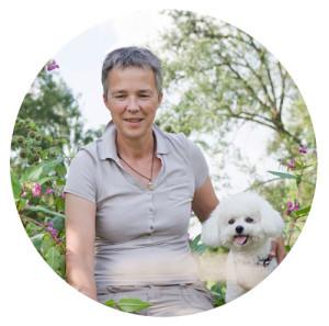Karen Fleming mit weißem Pudel